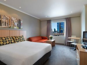 travelodge-southbank-melbourne-hotel-guest-room-queen-2014